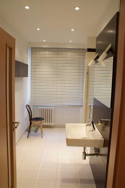 Paneláková koupelna s oknem
