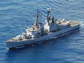 Válečné lodě NATO chrání obchodní plavidla před piráty v Adenském zálivu. Na snímku je italský torpédoborec Luigi Durand de la Penne.