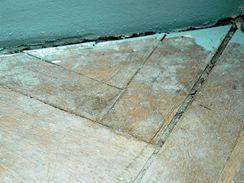 Hlavně v rozích bývají staré parkety poškozené