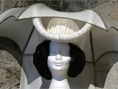 Z pohádky Tři oříšky pro Popelku - klobouk macechy