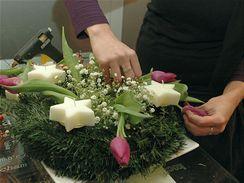 Na každé straně věnce by měly ležet dva tulipány