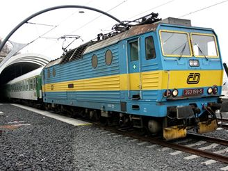 Nové spojení - lokomotiva 363 vede vlak do Libně
