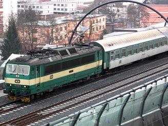 Nové spojení - lokomotiva 362 vede vlak z Libně