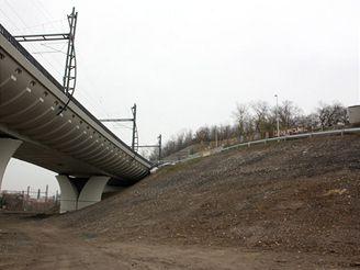 Nové spojení - násep zakryl opěrnou zeď, pod kterou vedly koleje na Malou Hrabovku