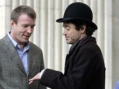 Z natáčení filmu Sherlock Holmes - Guy Ritchie a Robert Downey jr.