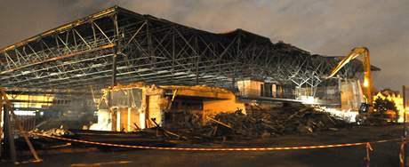 Konstrukci bývalého zimního stadionu za Lužánkami rozebírají speciální stroje