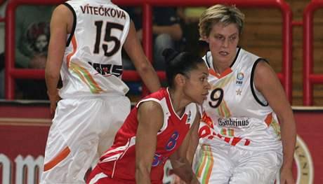 Basketbal Gambrinus Sika Brno- CSKA Moskva. Domácí Horáková a útočící Lawson-Wade