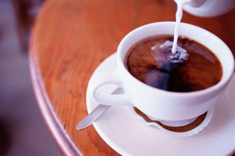 Někde šetří na kávě, jinde omezují třeba cesty. Ilustrační foto.