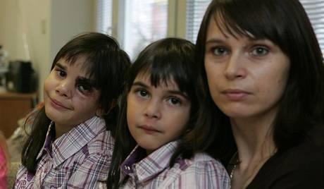 Reneé (vlevo) a Jessica Svrčkovi s matkou