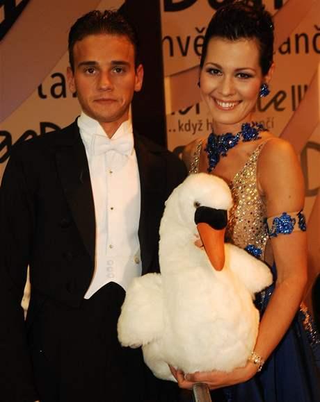 Jana Doleželová s Michalem Necpálem ukazují jejich maskota