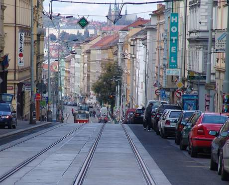 Pohled Seifertovou ulicí na Pražský hrad
