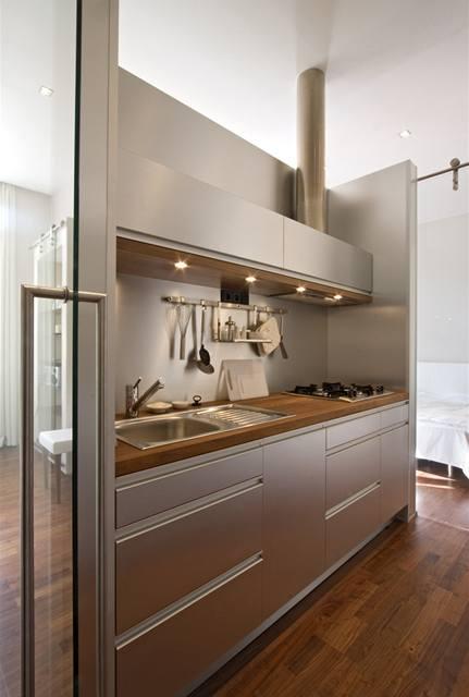 V kuchyni nechybí nic, ani digestoř s odtahem