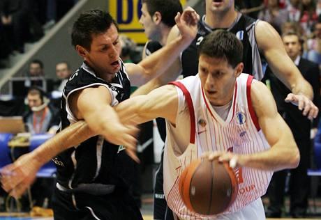 Nymburk - Bilbao:  Petr Benda se probíjí �pan�lskou obranou