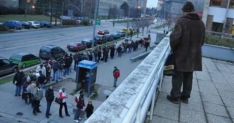 Fronta na Kounicově ulici v Brně před registrem automobilů