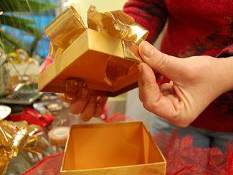 Mašli připevníme ke krabičce, tak že vložíme konec stuhy pod víko a na spodní straně upevníme izolepou.