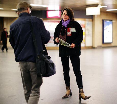 Bezdomovkyně Eva Holbusová se živí prodejem časopisu Nový prostor