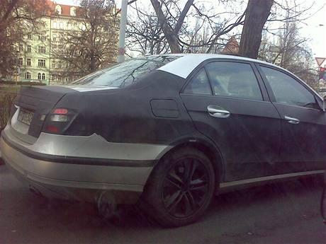 Zamaskovaný Mercedes E v Praze