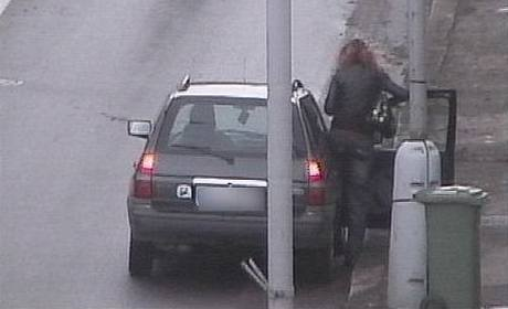 Záběr z kamery z Lipské ulice, prostitutka nastupuje do auta zákazníka