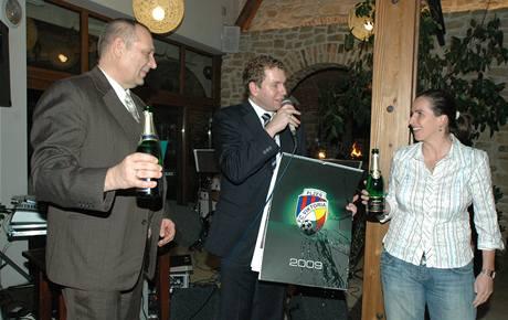 K�est plze�ského kalendá�e: rozhod�í Dagmar Damková, primátor m�sta Pavel Rödl (vlevo) a marketingov�-obchodní mana�er Jaromír Hamouz