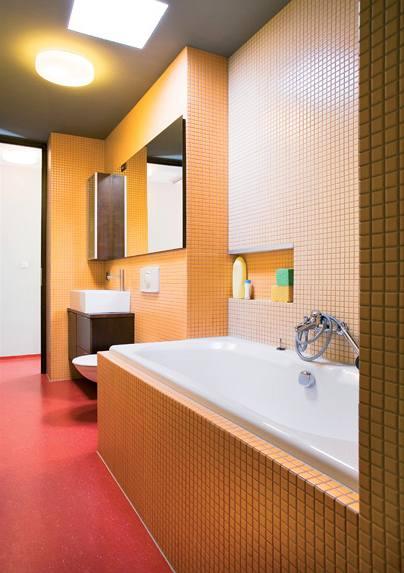 Koupelna u dětských pokojů má vanu