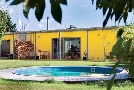 Bazén s dřevěnou terasou