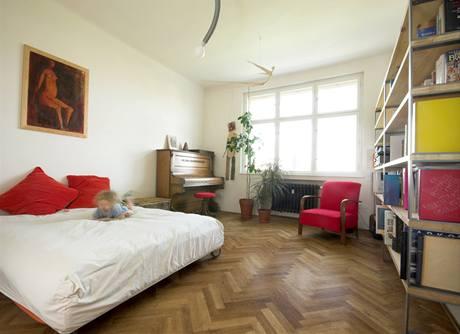 """Postel na kolečkách dává místnosti charakter ložnice, až bude vhodná rozkládací pohovka, """"přijde"""" obývák"""