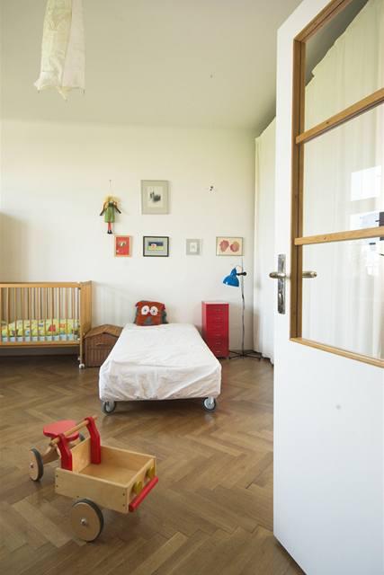 Průhled z ložnice do dětského pokoje, původní prosklení se nezachovalo, kvůli vzdušnosti bylo zvoleno čiré sklo