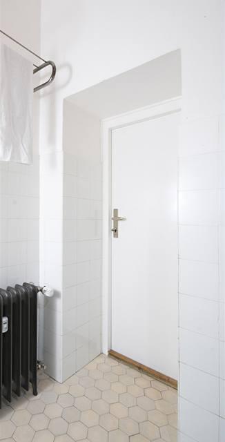 Radiátory v koupelně byly zbaveny mnoha vrstev starých nátěrů a nastříkány bezbarvým lakem