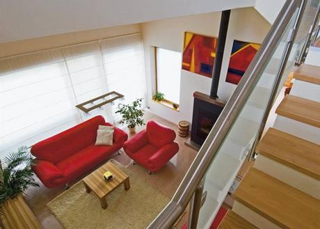 Pohled do obývacího prostoru s teplovzdušným krbem s litinovou vložkou