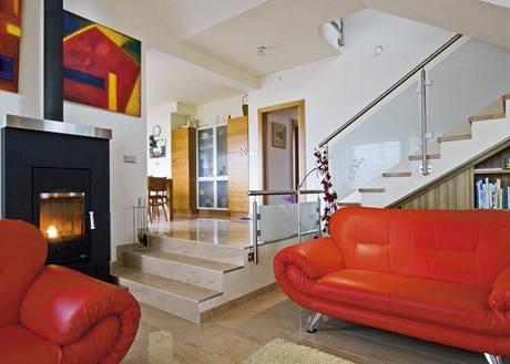 Snížením úrovně podlahy získal obývací prostor v otevřené dispozici určitou intimnost
