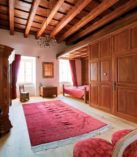 Pokoji dominuje trámový strop