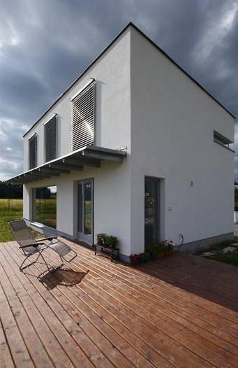 Dřevěná terasa zvětšuje obytný prostor zejména v létě