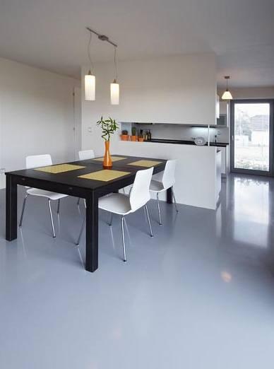 Bílé židle z překližky příjemně kontrastují s tmavou deskou stolu