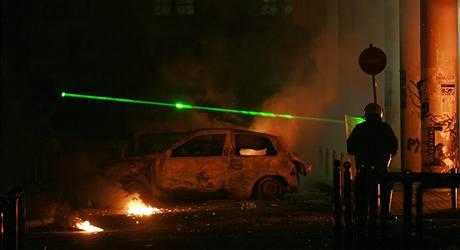 Protestující používají v ulicích řeckých měst novou zbraň - laser.