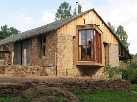 Slaměný dům ve stodole
