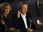 Český slavík 2008 - Karel Gott přebírá cenu od Hany Zagorové