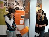 Muzeum Grammy - dívky v sekci věnované textařům