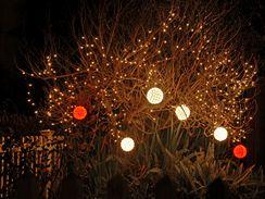 U větších ozdobných žároviček (často osazených LED diodami) stačí pověsit pár kousků třeba na keř a paráda je zajištěna