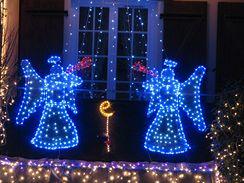 Světelné vánoční dekorace pořídíte i s barevnými LED diodami – mohou svítit bíle, žlutě, červeně, modře i zeleně, některé dokonce plynule mění barvu