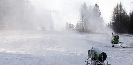 Ve Filipově údolí za obcí Javorník nad Veličkou na Hodonínsku od středy pilně zasněžují půl kilometru dlouhý svah