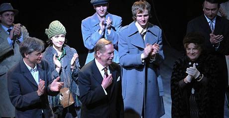 Děkovačka po premiéře Odcházení - Václav Havel s tvůrčím týmem