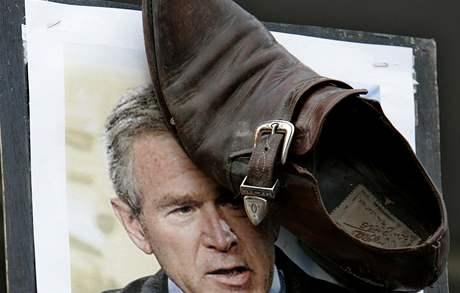Boty vržené na Bushe vydělávájí obuvníkovi miliony