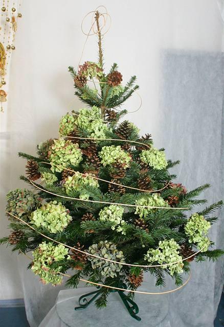 Stromek s hortenziemi