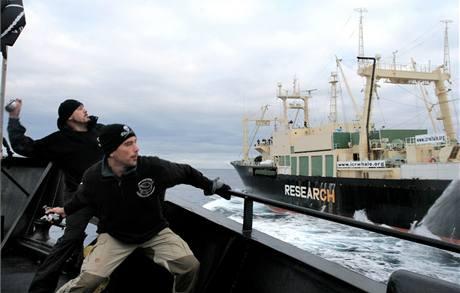Vrhači žluklého másla ze Sea Shepherd