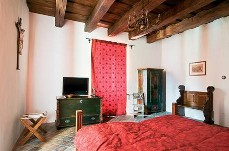 Pod dlažbou je podlahové topení, aby radiátory nerušily dobový vzhled