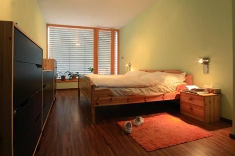 Většinu podlahové plochy v domě pokrývá dřevěná průmyslová mozaika