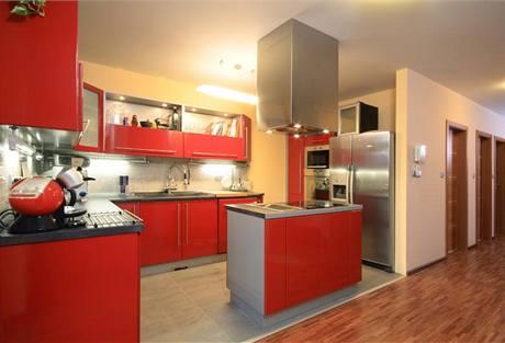 Červené lakované MDF desky kontrastují s šedými plochami – barevnost interiéru je určitou analogií na exteriér domu