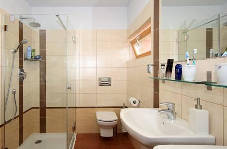 Velkoformátový keramický obklad v koupelně má příjemné teplé vyznění