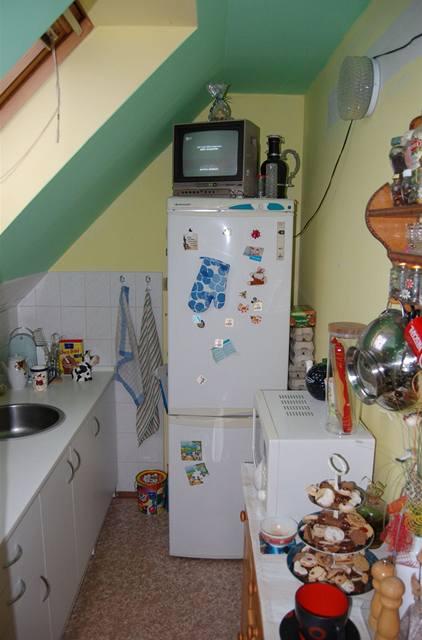 Miniaturní kuchyně, kde se vaří pro čtyřčlennou rodinu