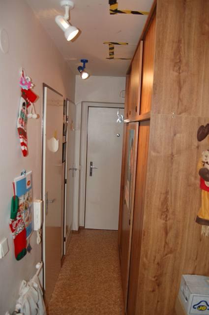 Úzká chodba dovolila pouze skříně s posuvnými dveřmi